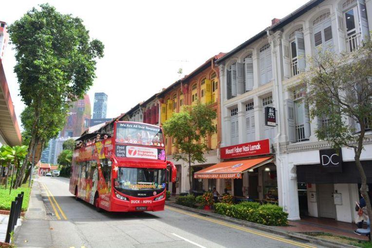 Ônibus turístico no centro de Singapura