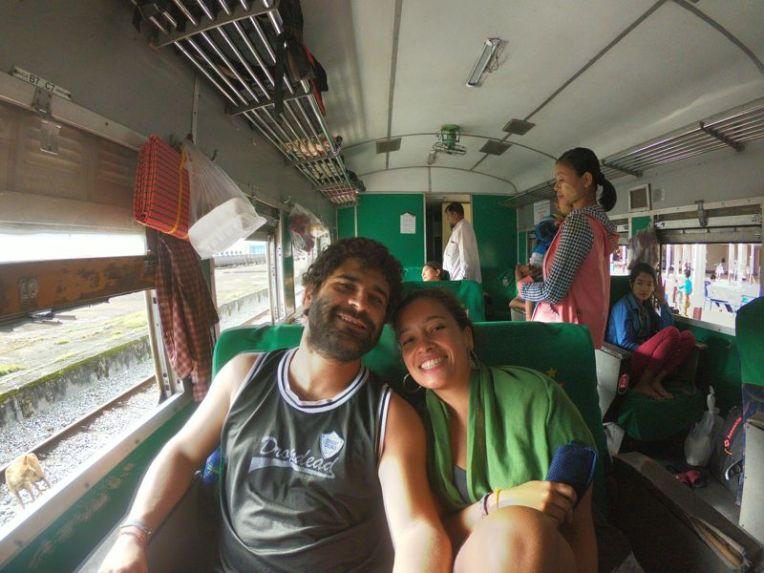 Viajando de trem no Myanmar