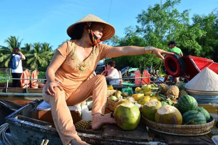 Feira flutuante no Vietnã