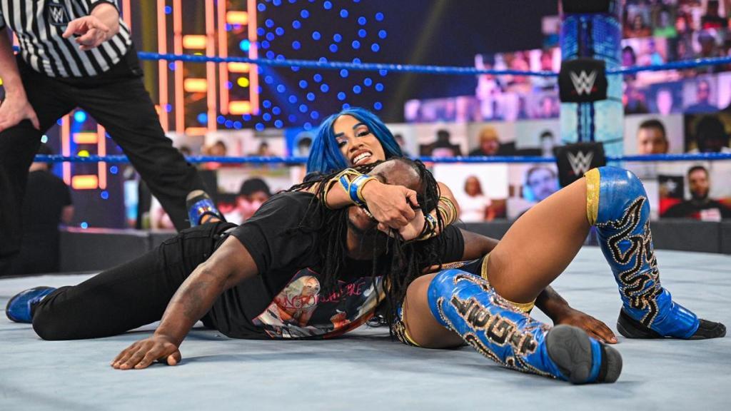 Sasha Banks derrota a Reginald