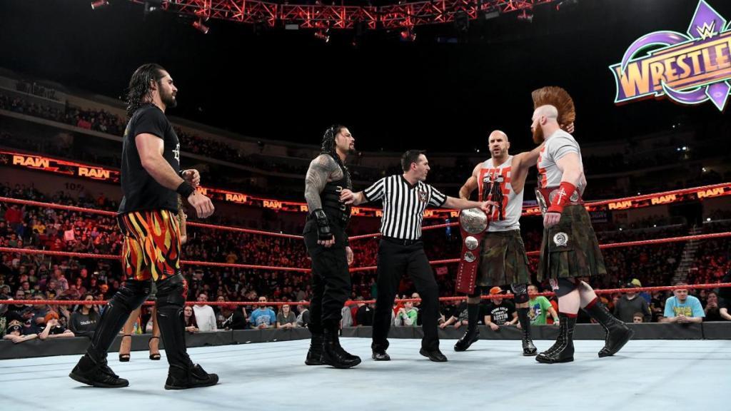 Seth Rollins y Roman Reigns enfrentando a Cesaro