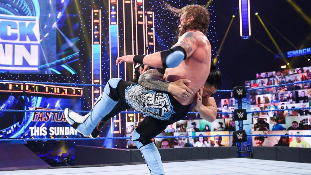 Roman Reigns ataca a Edge