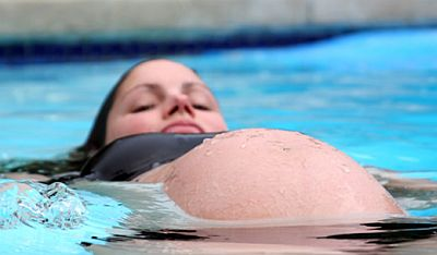 pregnant-woman-lying-swim-in-pool.jpg