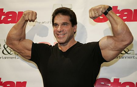 lou-ferrigno-showing-off-huge-biceps.jpg