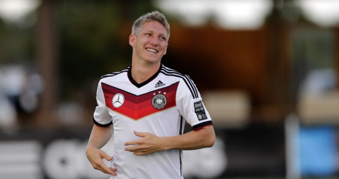 Bastian Schweinsteiger works up a sweat in the Brazilian heat -- photo: dpa