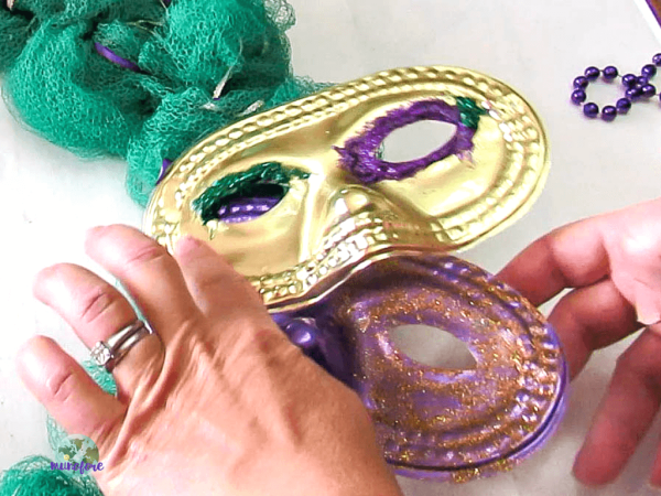 mardi gras wreath steps