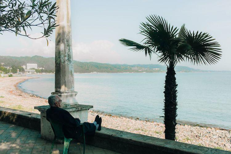 Señor mayor mirando al mar