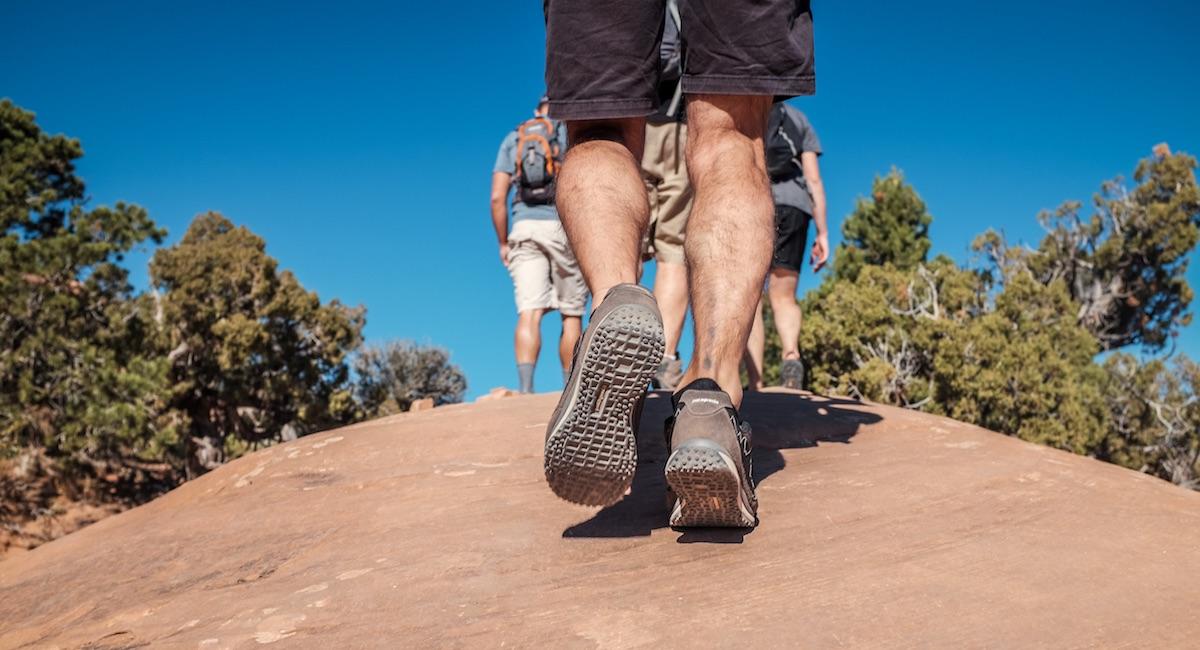 Personas caminando en la montaña