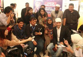 Maher Zain mesra melayani para pengamal media di sidang media konsert beliau.