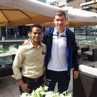 Terserempak Edin Dzeko (pemain Manchester City) di bandar Sarajevo.