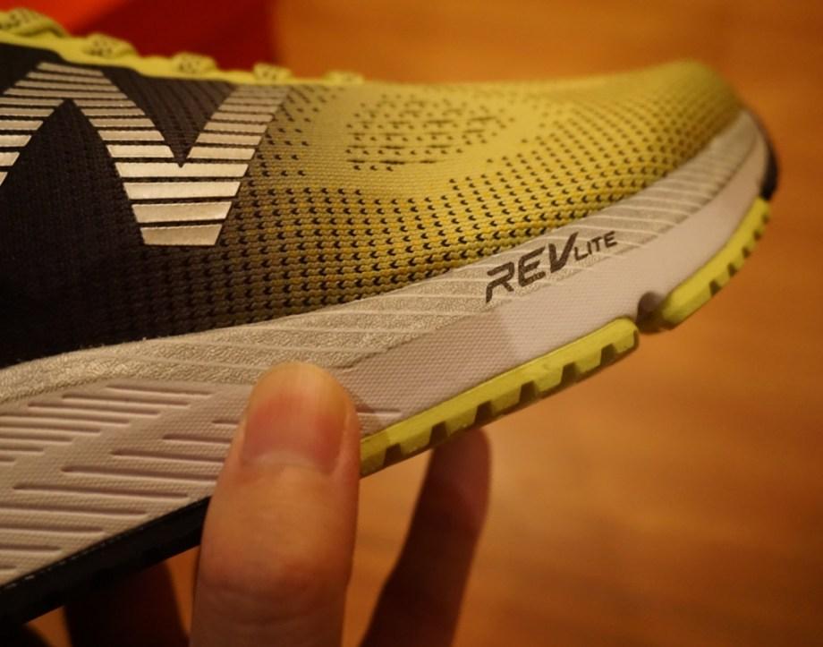 HANZO Uの靴底フォームは分厚い。「前足部、中足部、かかと」の全てがバランスよく安定的に分厚いクッショニング性能を持つ。