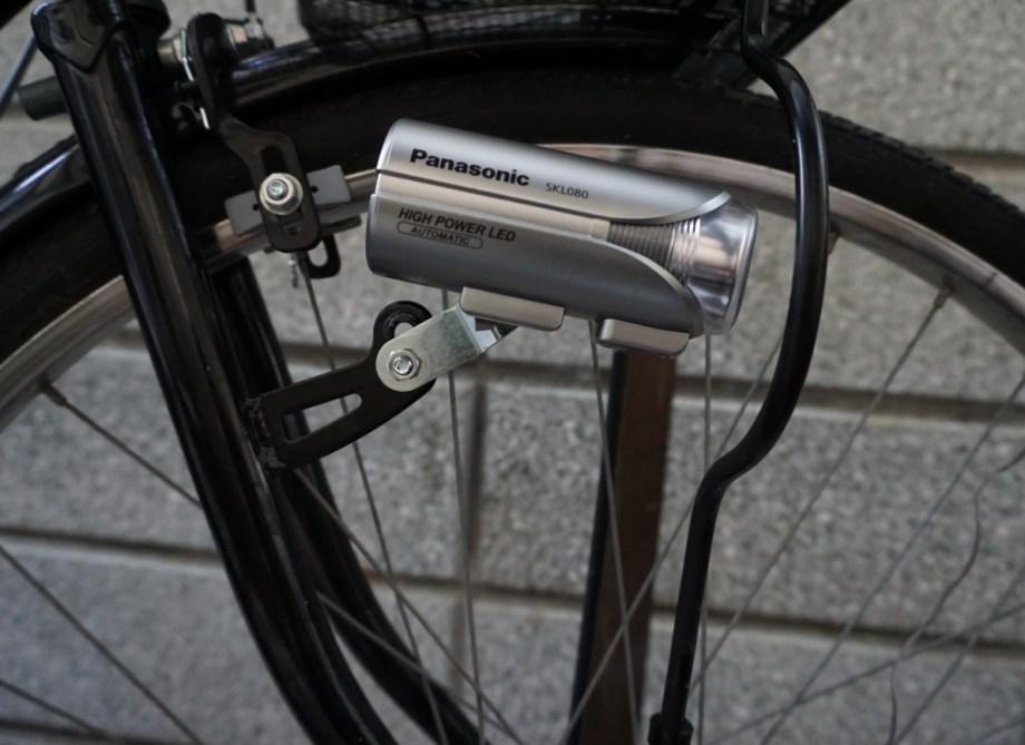 自転車のライト台座にオート発光ライトを装着