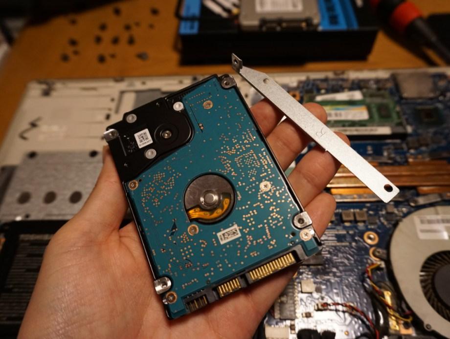 古くて遅いHDDを外す
