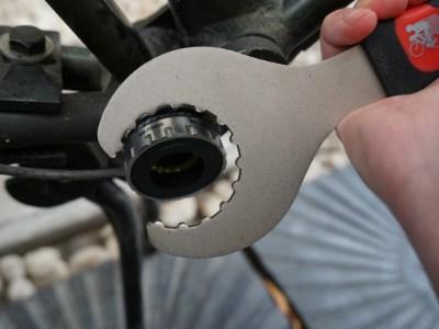 専用工具を右ワンにしっかり装着①/つづいてホローテックBBの右ワンを外す