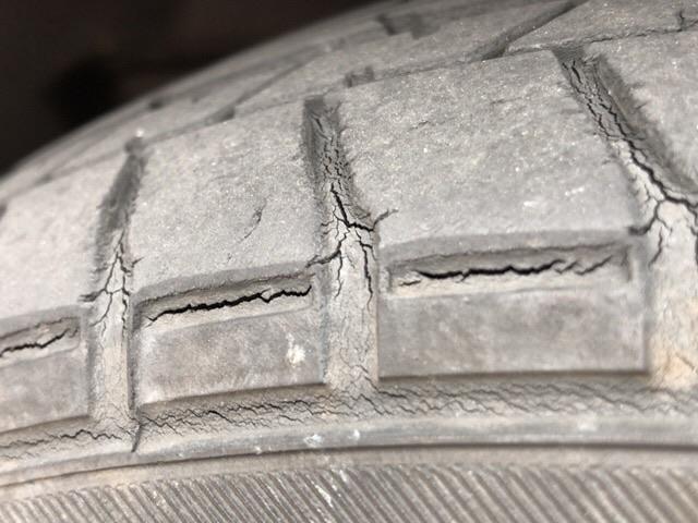 2015年製の愛車N-BOXに早くもタイヤに亀裂発見!