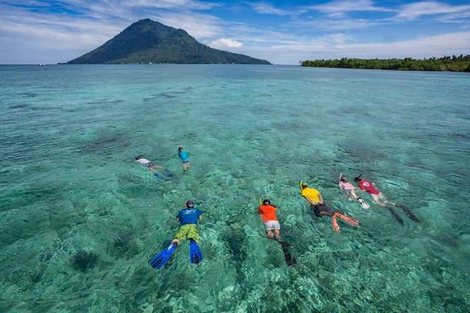 Family_snorkeling_manado_bunaken