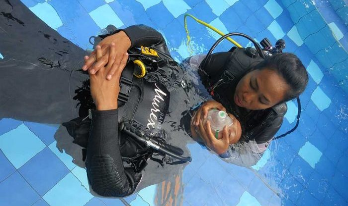 PADI Rescue Diver Course in Pool