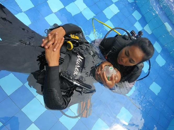 PADI Rescue Diver Course in Pool