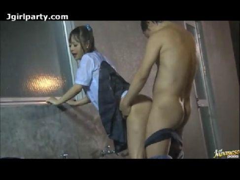 帰宅中の可愛いセーラー服美少女が雨の中でレイプされる無理矢理犯している動画無料