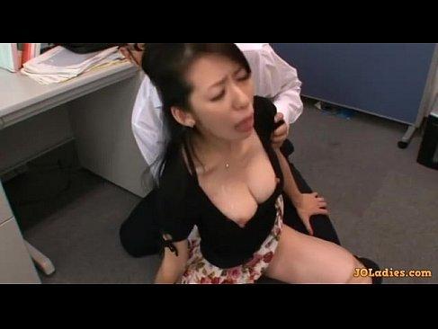 夫の同僚に口とおまんこをレイプされ唾液と精子まみれになる熟女人妻の無理矢理脱がされ 動画youtube