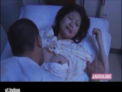 入院中の可愛い黒髪娘が鬼畜男に夜這いされおまんこを犯されるれイプ 動画 38.5度無料