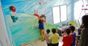 Comentando los avances del mural según bajan las escaleras hacia el patio