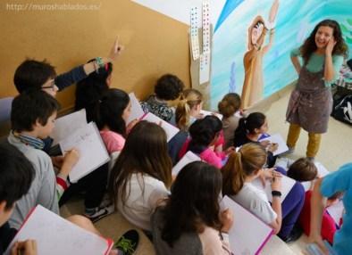 Nívola frente a alumnos del colegio Miquel Costa i Llobera