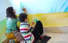 Nívola mano a mano con uno de los alumnos