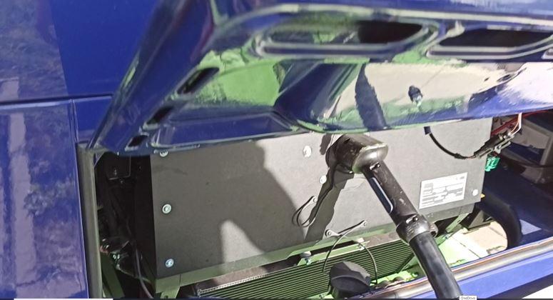 VW T2 elektro umbau - Blick aufs Heck des T2 mit Ladestecker - VW T2 doppel Schiebetüre Elektro Umbau VW T2 Bulli