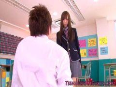 ポルノビデオ女優の希志あいのがエロ本を読んでる同級生を痴女攻めしてるアダルトビデオ無料動画