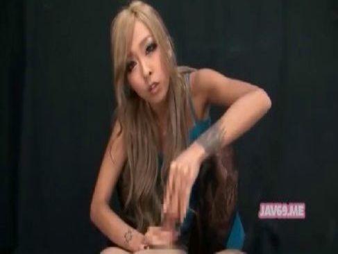 黒ギャル系セクシー女優の泉摩耶が淫語を連発しながらチンポを手コキして笑顔を見せるアダルトビデオ動画無料