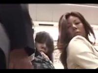 【熟女人妻】豊満な熟女が満員電車で痴漢男にお尻を突き出しおめこを突かれ喘ぐ人妻熟女の動画