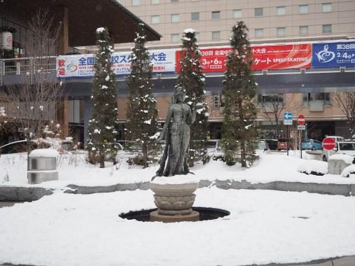 雪の中の如是姫像