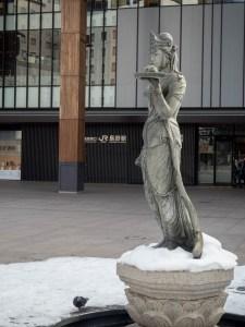 如是姫像と長野駅