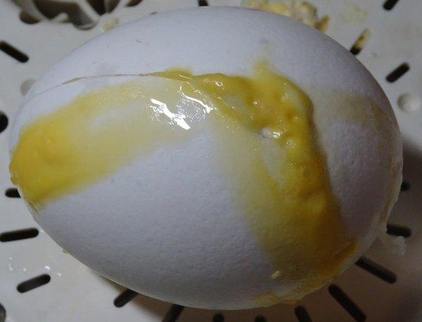 茹で卵を茹でる際に割れてしまった卵の例