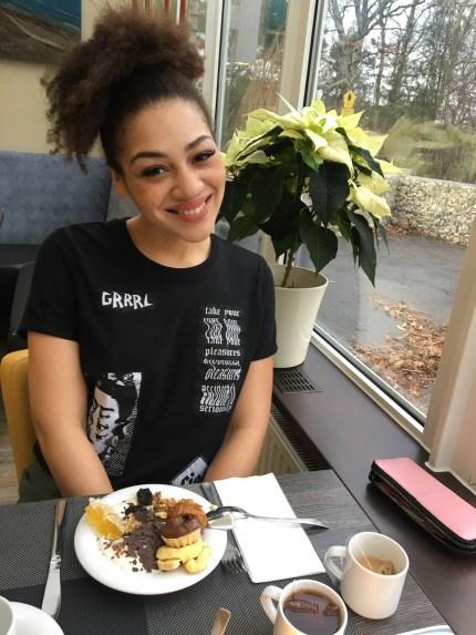 Juli beim Frühstück. Tshirt: Costalamel