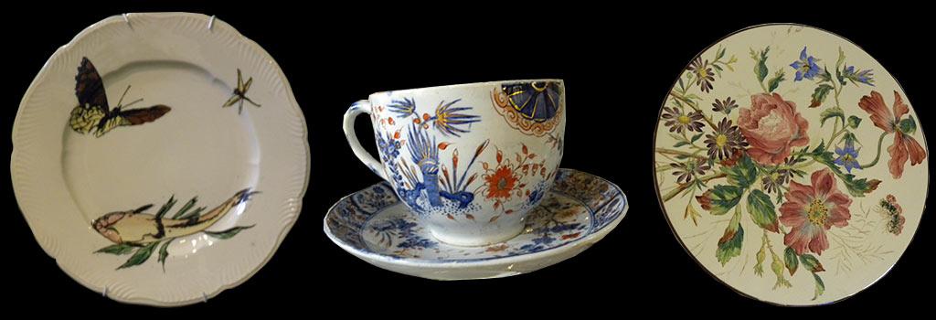 Deux assiettes et une tasse à thé.