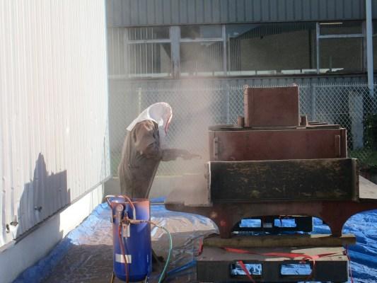 Premier semestre 2016 : décapage des couches de peinture par sablage.