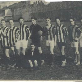 6. Calcio. Il Pisa al Campo Abetone. Seduto a terra Ferruccio Giovannini, fondatore del Pisa S.C., 1916 (collezione Associazione Cento)