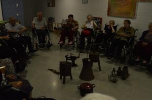 Residentes de CASER contemplan las herramientas y útiles del hojalatería del Museo
