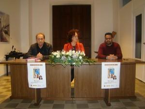 Miguel Ángel Vallecillo, Director del Museo, Anabel Rodríguez, autora de la novela y Manuel J. Glez. Andrade, Alcalde de Olivenza, durante el acto de presentación