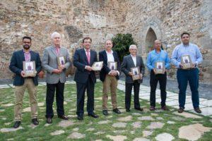 Los cinco últimos Alcaldes y el Presidente de la Junta posan con el autor del libro (Foto: Comunicación Junta de Extremadura)