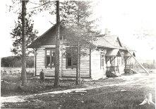 Aseman kansakoulu vastavalmistuneena noin vuonna 1907. Kuva: Mäntyharjun museo, kuvaaja: Einar Saarinen.