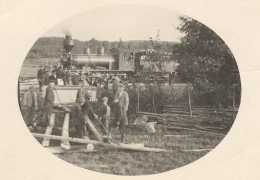 Mouhun muistomerkin purkaminen junasta. Kuva: Mäntyharjun museo.