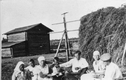 Kahvitauolla heinätöiden lomassa vuonna 1918. Kuva: Mäntyharjun museo.