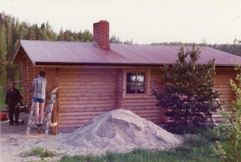 Hirsimökkiä rakennetaan kesällä 1983. Kuva: Mäntyharjun museo, kuvaaja: Hannu Heilio.