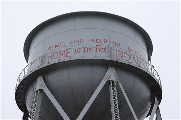 給水塔。占拠事件があった時の落書きが残っています