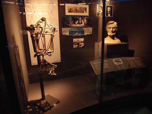オーディオ・アニマトロニクスの解説。1964年の万博の時に開発され、その後、アナハイムのディズニーランドに導入された「リンカーン大統領との偉大なひと時」