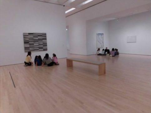 欧米のミュージアムで良く見る風景。絵の前に座り込んでいる話を聞いている子どもたち