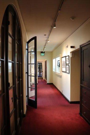 豪華な邸宅内部を展示室にしているのが感じられます